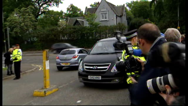 vidéos et rushes de andy coulson detained by police in scotland over allegations of perjury; scotland: glasgow: govan police station: ext car carrying andy coulson... - blacked