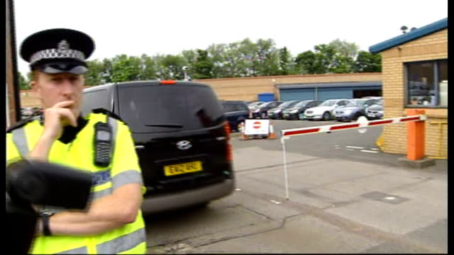 vidéos et rushes de andy coulson detained by police in scotland over allegations of perjury; police vehicle with blacked out windows along to station press outside - blacked