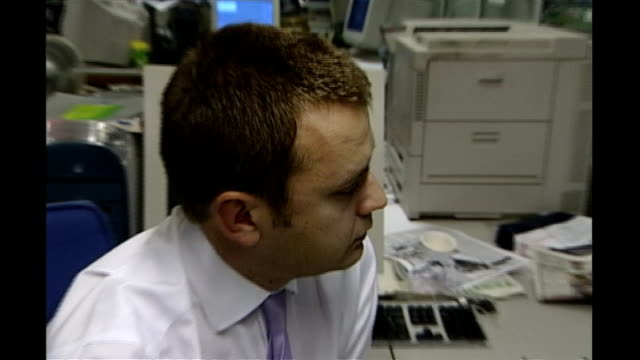 andy coulson resigns as director of communications r03110201 int andy coulson working at desk with rebekah wade - レベッカ ブルックス点の映像素材/bロール