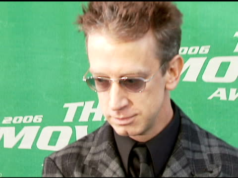 vídeos de stock, filmes e b-roll de andy dick at the 2006 mtv movie awards red carpet at sony pictures studios in culver city california on june 3 2006 - andy dick