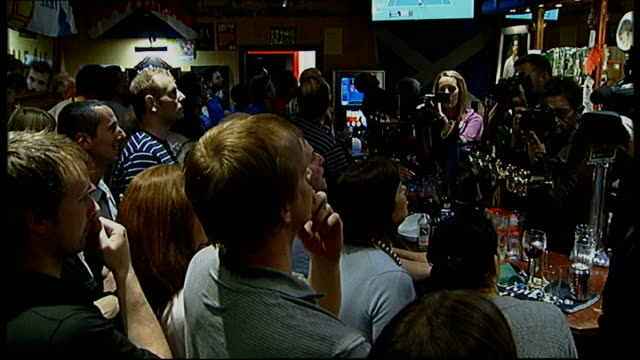 report from dunblane scotland dunblane int fans watching match in pub celebrate as murray wins - ダンブレーン点の映像素材/bロール