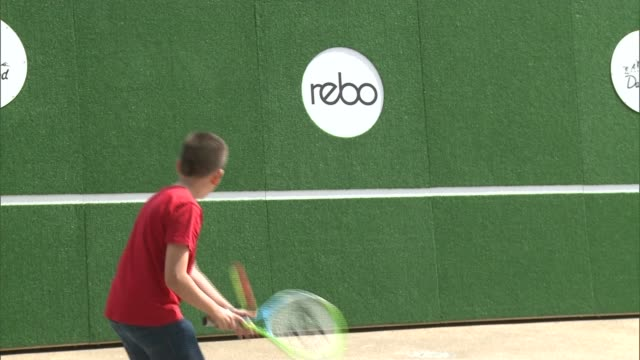 andy murray's former coach provides coaching clinic on the south bank england london south bank ext various shots mark petchey playing tennis with... - itv london tonight weekend点の映像素材/bロール
