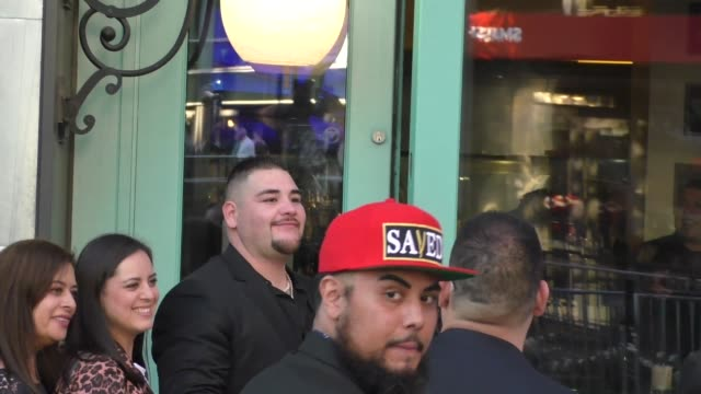 vídeos de stock, filmes e b-roll de andy ruiz jr. poses with fans outside wolfgang puck in los angeles in celebrity sightings in los angeles, - wolfgang puck