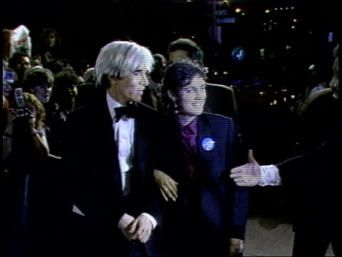 andy warhol walking the 1984 mtv video music awards red carpet - mtv点の映像素材/bロール
