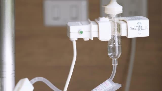 anästhesie-tropfen und volumetrische infusion-pumpe - kochsalzlösung infusion stock-videos und b-roll-filmmaterial