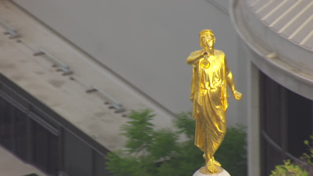 cu aerial ds angel moroni statue on top of temple / salt lake city, utah, united states - kirche stock-videos und b-roll-filmmaterial