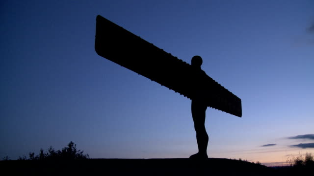 vídeos de stock e filmes b-roll de angel of the north at dusk - newcastle upon tyne