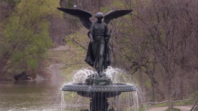stockvideo's en b-roll-footage met angel of the waters on the bethesda fountain in central park - vrouwelijke gestalte