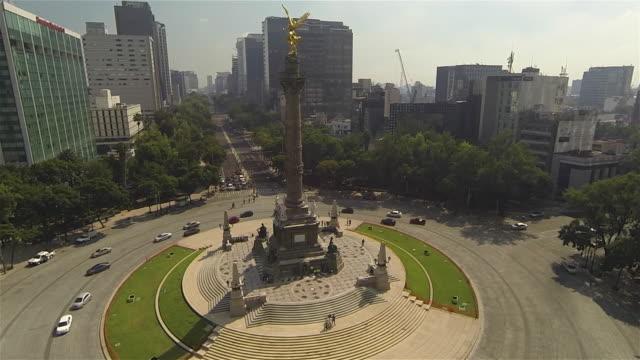 vídeos de stock, filmes e b-roll de angel roundabout - monumento da independência paseo de la reforma