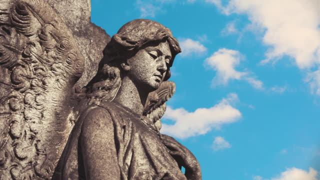 angel statue mit rollenden wolken - friedhof stock-videos und b-roll-filmmaterial