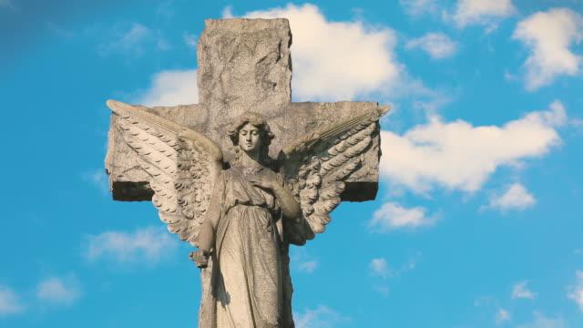 angel tombstone mit wolken - statue stock-videos und b-roll-filmmaterial