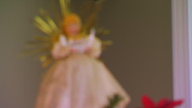 angel tree topper coming into focus - angel点の映像素材/bロール