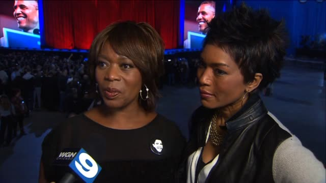 angela basset and alfre woodward show support for obama on election night on november 07, 2012 in chicago, illinois - アルフレ・ウッダード点の映像素材/bロール