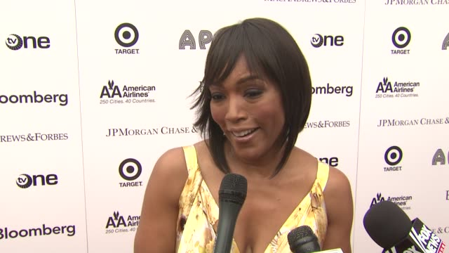 vídeos de stock e filmes b-roll de angela basset is happy to bd apart of the night thinks it's great to be honoring such legends mj and aretha paved the way for so many others and had... - benefit concert