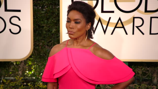 angela bassett at 74th annual golden globe awards arrivals at the beverly hilton hotel on january 08 2017 in beverly hills california 4k - ビバリーヒルトンホテル点の映像素材/bロール