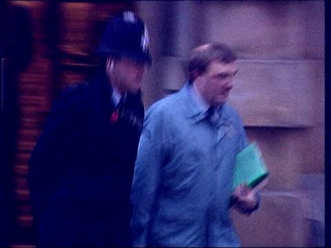 vídeos y material grabado en eventos de stock de appeal against conviction lib pathologist alan williams leaving court - patólogo