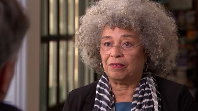 stockvideo's en b-roll-footage met angela davis interview; france: paris: int angela davis interview sot. - what has changed since 1968 / mlk assassination / feminism / trump and... - crime and murder