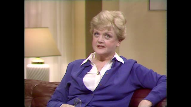 angela lansbury talks about working with laurence olivier in a role as a female mystery writer - schriftsteller stock-videos und b-roll-filmmaterial
