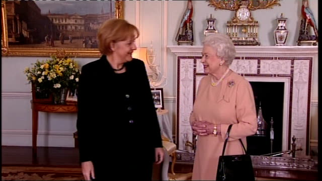vídeos de stock, filmes e b-roll de london buckingham palace photography *** angela merkel along into room then shaking hands with queen elizabeth / merkel and queen chatting sot /... - 2008