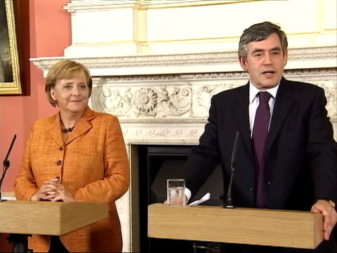 photocall and press conference with gordon brown brown press conference sot relations between our two countries are very strong have been able to... - pressekonferenz stock-videos und b-roll-filmmaterial