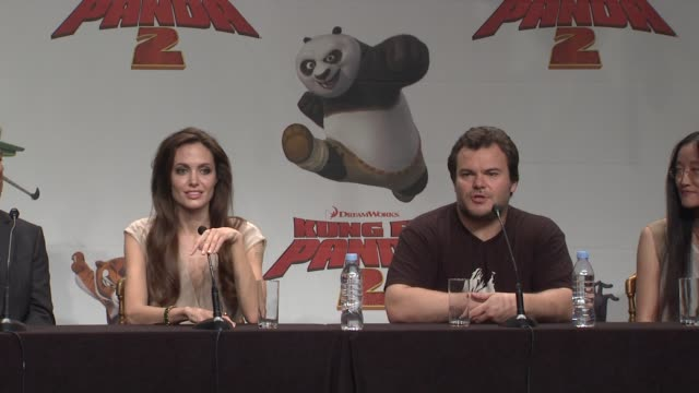 vídeos y material grabado en eventos de stock de angelina jolie and jack black on the subject of adoption in the film and how it relates to adopting their own children - adopción