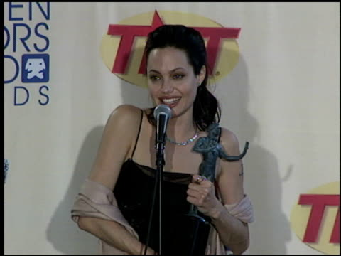 angelina jolie at the 2000 screen actors guild sag awards press room at the shrine auditorium in los angeles california on march 12 2000 - screen actors guild awards stock videos & royalty-free footage