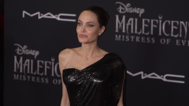 """angelina jolie at the world premiere of disney's """"maleficent: mistress of evil"""" on september 30, 2019 in hollywood, california. - angelina jolie stock-videos und b-roll-filmmaterial"""