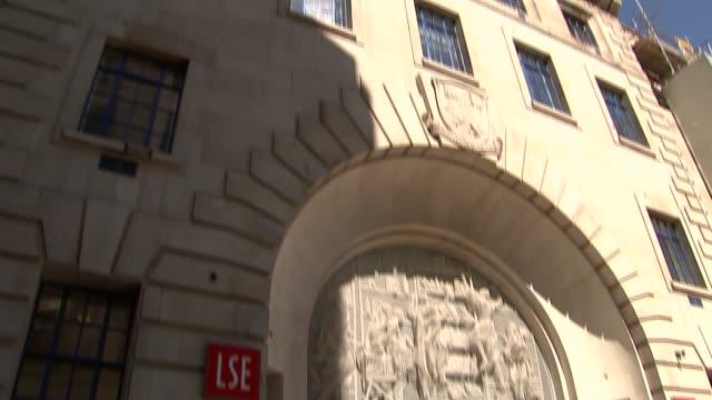 vidéos et rushes de angelina jolie to teach at lse; london school of economics: ext low angle shot lse building tilt down close-up coat of arms over doorway - economy