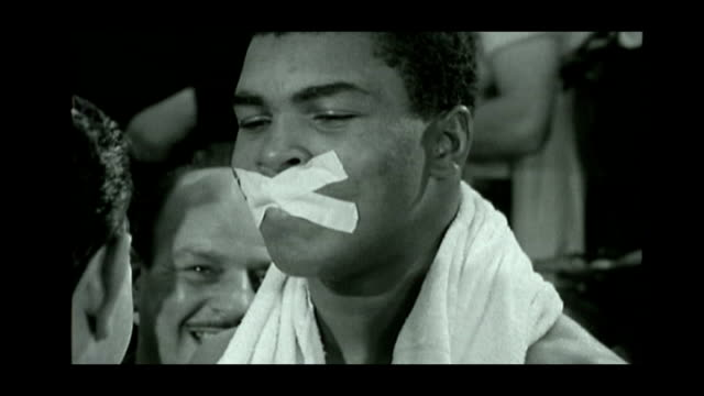 angelo dundee dies aged 90; fs120663006 england: london: int angelo dundee taping up mouth of cassius clay - アリ点の映像素材/bロール