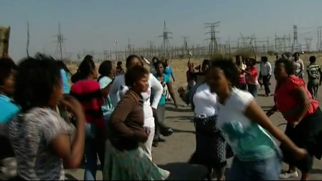 anger at police shooting of 34 miners; south africa: rustenburg: marikana: marikana platinum mine: ext relatives of miners still unaccounted for... - platinum stock-videos und b-roll-filmmaterial
