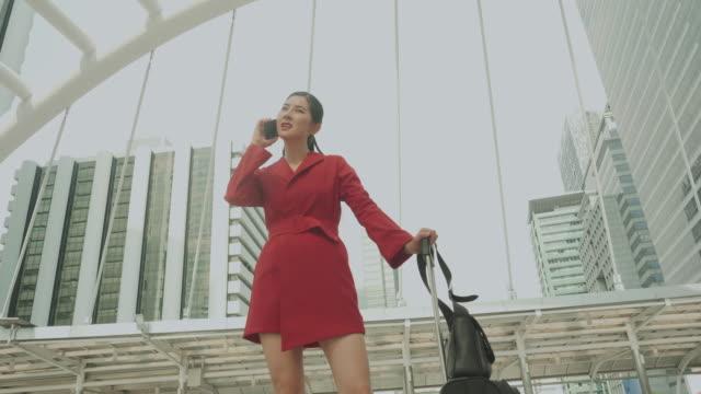 vídeos de stock, filmes e b-roll de empresária de raiva usando o telefone antes de sua viagem de férias com emoção preocupada e séria - só uma mulher de idade mediana