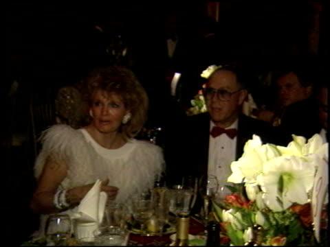 vidéos et rushes de angie dickinson at the 1989 academy awards ball at the shrine auditorium in los angeles, california on march 29, 1989. - 61e cérémonie des oscars