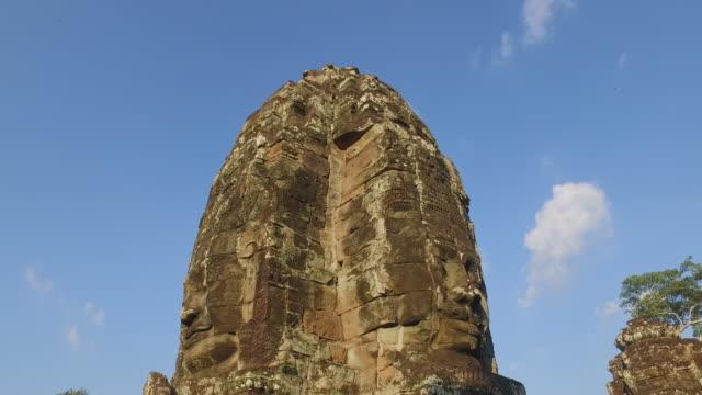angkhor wat kambodscha angkor thom antike skulptur 4k video pan shot - basrelief stock-videos und b-roll-filmmaterial