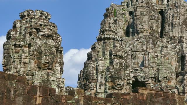 vídeos de stock e filmes b-roll de angkor templo de bayon em angkor thom no camboja - circa 13th century