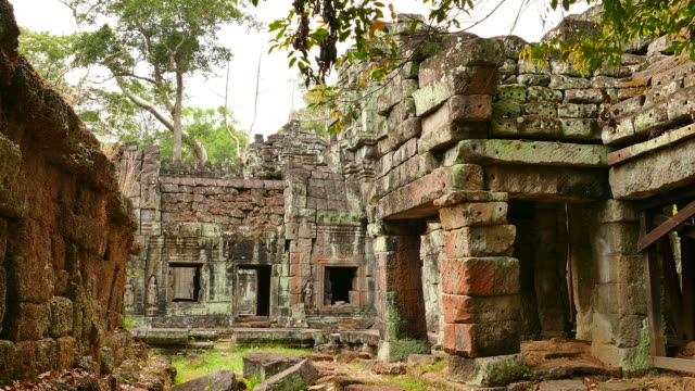 vídeos de stock e filmes b-roll de angkor templo preah khan em angkor thom no camboja - circa 13th century