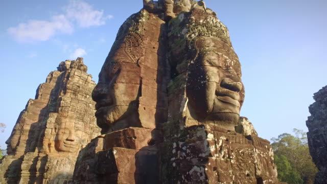 angkor thom tempel in angkhor wat kambodscha 4k video - basrelief stock-videos und b-roll-filmmaterial