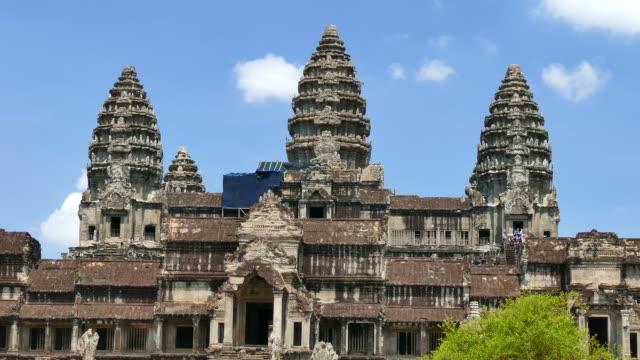 vídeos de stock e filmes b-roll de templo de angkor wat, ponto turístico nacional do camboja - circa 13th century