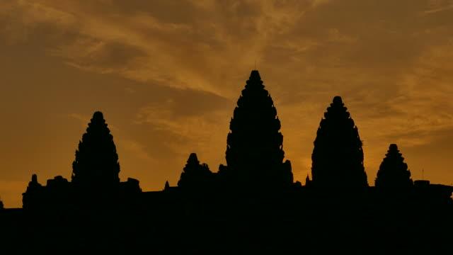 vidéos et rushes de temple d'angkor vat, cambodge silhouette au lever du soleil - xiiième siècle