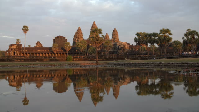 vídeos de stock, filmes e b-roll de angkor wat - lago reflection