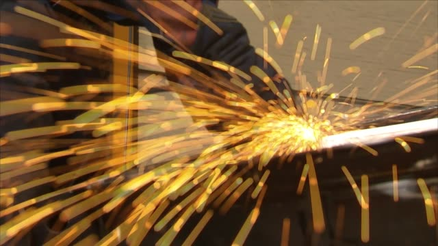 stockvideo's en b-roll-footage met angle grinder in a metal workshop - monteur