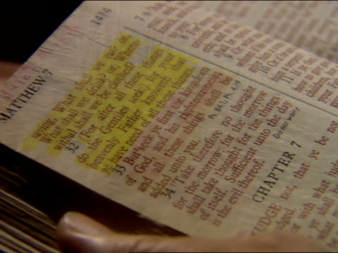 vidéos et rushes de angle on bible open to book of matthew chapter 7, page 1414 w/ chapter 6 : 31 & 32 highlighted at top of page page. religious icon, christian,... - bible