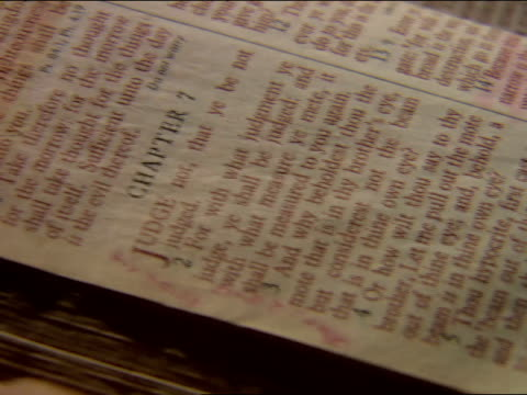 vidéos et rushes de * angle on open page of bible the book of matthew chapter 7, page 1414 w/ chapter 6 verses 31 & 32 highlighted at top of page page... - bible