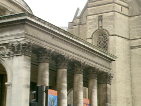 angle on ws st peter's square w/ round manchester central library building w/ traffic moving fg people walking passing on sidewalk town hall... - st peter's square stock videos & royalty-free footage