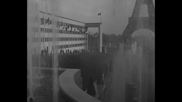 vídeos de stock, filmes e b-roll de ws angle shot the eiffel tower with fountains spraying upward in foreground / base of tower fountain pan to ext one wing of the palais de chaillot... - imperfeição