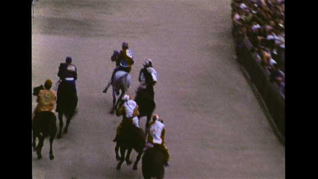 ha angled ws crowd some waving colored cloths vs jockeys horses lining up ha td ws race tracking bareback riders up piazza del campo track slo mo... - lappen reinigungsgeräte stock-videos und b-roll-filmmaterial