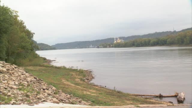 vídeos y material grabado en eventos de stock de hd overcast angled ws ohio river trees zi ws ohio banks indiana grain cincinnati coop silos above trees - río ohio