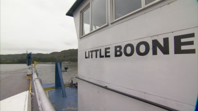 vídeos y material grabado en eventos de stock de hd *angled ws passenger car ferry silver railing w/ blue white push boat by side slowly turning as moving little boone black lettering name on white... - río ohio