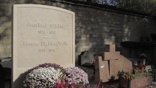 vídeos y material grabado en eventos de stock de angled shot of jeanpaul sartre and simone de beauvoir's headstone at montparnasse cemetery paris france rushes taken from bbccom/culture absa734n - ateísmo