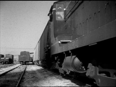 vídeos y material grabado en eventos de stock de angled ms slow moving train of boxcars moving out of frame right gulf coast port xha ws locomotive pulling tankers boxcars up multiple track rail... - c119gs