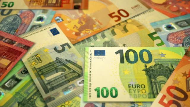 stockvideo's en b-roll-footage met schuine mening van veelvoudige euro op roterende lijst, munt van de europese unie - tien euro